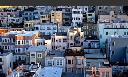 Des citernes d'eau sur les toits